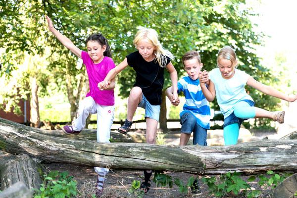 Kinder überwinden           ein Hindernis