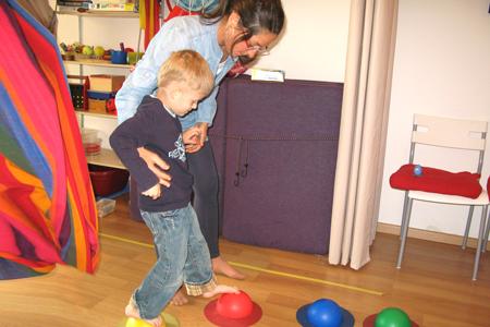Ergotherapeutin Innerhofer arbeitet mit einem Kind