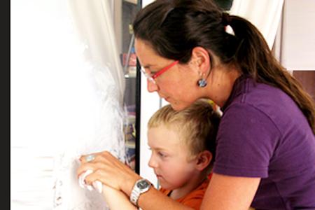 Gabi Innerhofer arbeitet mit einem Kind